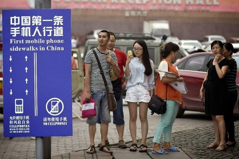 Väg för mobilanvändare i Chongqing i Kina